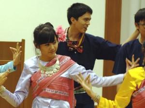 タイの伝統舞踊。優雅で独特のリズムがありました。