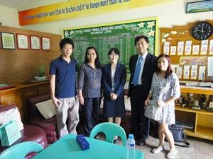 マンギン小学校の校長先生(左から二人め)と