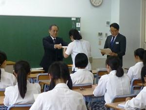 学校長が認定証を授与